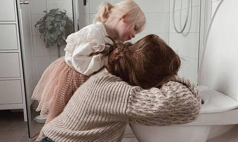 Αυτή η φωτογραφία μαμάς και κόρης συγκίνησε το διαδίκτυο