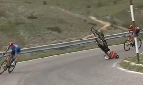 Τρομακτικό ατύχημα στον ποδηλατικό γύρο Ιταλίας: Ποδηλάτης «προσγειώθηκε» με το κεφάλι