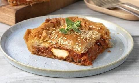 Πεντανόστιμη ντοματόπιτα με φέτα από τον Άκη Πετρετζίκη