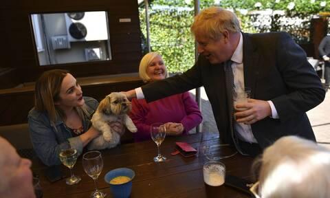 Βρετανία: «Πράσινο φως» για αγκαλιές και μπύρες στις παμπ απο σήμερα για εκατομμύρια κατοίκους
