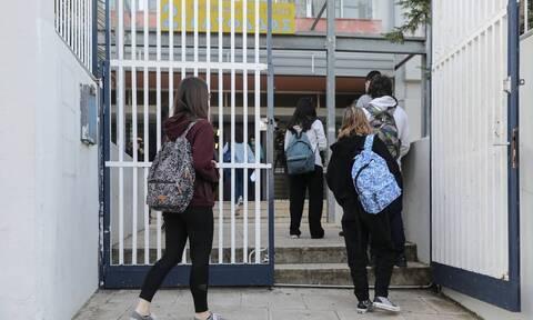 Κορονοϊός - Σχολεία: Δέκα ημέρες καραντίνα για μαθητές και εκπαιδευτικούς με συμπτώματα
