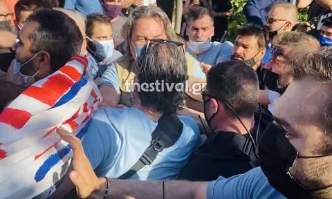 Ένταση μπροστά στο δημαρχείο Καλαμαριάς – Διαδηλωτές ήρθαν στα χέρια με αστυνομικούς