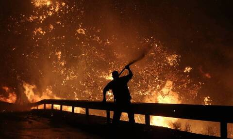 Φωτιά στο Σχίνο: Εκτός ελέγχου η πυρκαγιά - Tο πύρινο μέτωπο έφτασε στη Μαυρολίμνη