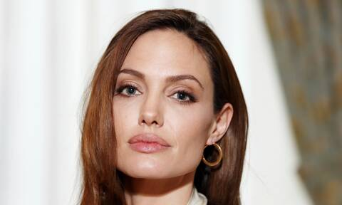 Angelina Jolie: Ποζάρει με το πρόσωπο και το σώμα της καλυμμένα από μέλισσες