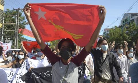 Μιανμάρ: Πάνω από 125.000 δάσκαλοι και καθηγητές σε διαθεσιμότητα ως «αντιφρονούντες»