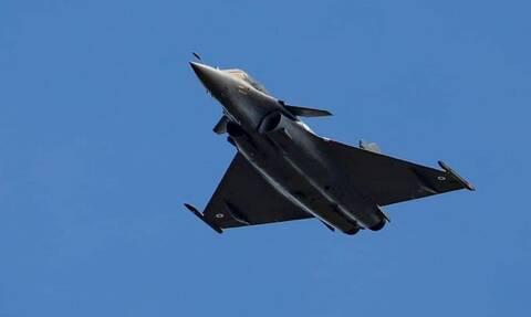 Rafale: Μπήκε το εθνόσημο! Στα… γαλανόλευκα το πρώτο μαχητικό μας – Νέα «φουρνιά» πιλότων στη Γαλλία