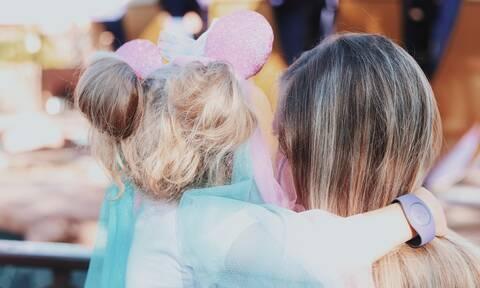 Πώς μπορεί μια μαμά να δείξει την αγάπη της χωρίς αγκαλιές και φιλιά;