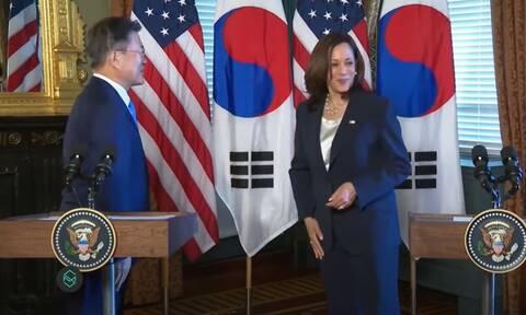 Κάμαλα Χάρις: «Συνελήφθη» on camera να σκουπίζεται μετά από χειραψία με τον Νοτιοκορεάτη πρόεδρο