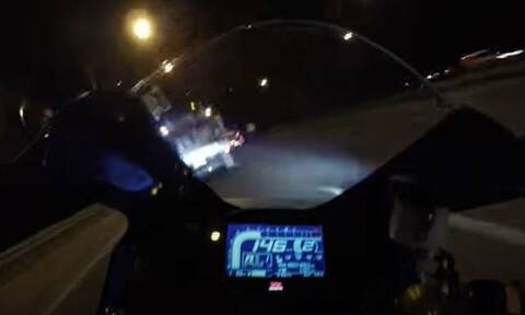 Τρομακτικό βίντεο: Η στιγμή που μοτοσικλέτα «καρφώνεται» σε φορτηγό με 150χλμ./ώρα