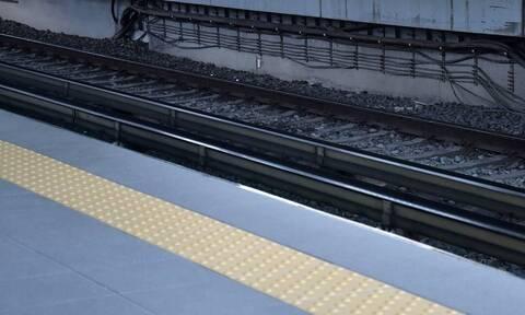 Συναγερμός στον ΗΣΑΠ Καλλιθέας: Άνδρας έπεσε στις ράγες του τρένου