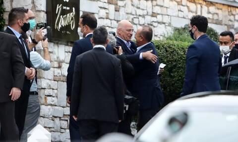 Επίσκεψη Τσαβούσογλου: Οι προκλήσεις στην Θράκη, η αγκαλιά με τον Δένδια και τα τετ-α-τετ στην Αθήνα