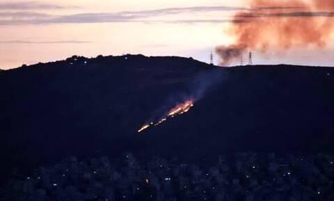 Φωτιά ΤΩΡΑ: Υπό μερικό έλεγχο η πυρκαγιά στη Νίκαια - Μια σύλληψη για εμπρησμό