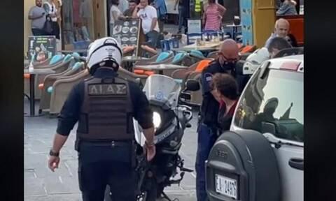 Ρόδος: Καταγγελία για σύλληψη γυναίκας επειδή τραγουδούσε στη μέση του δρόμου