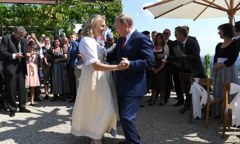 Αυστρία: Στο ΔΣ ρωσικής πετρελαϊκής εταιρείας η πρώην ΥΠΕΞ που χόρευε με τον Πούτιν στο γάμο της