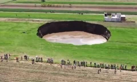 Ανησυχία στο Μεξικό: Τεράστια τρύπα άνοιξε στη μέση χωραφιού - Απειλεί να «καταπιεί» σπίτι (vid)
