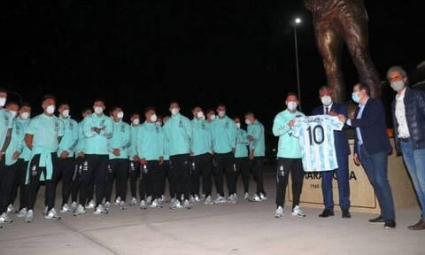 Ο Μέσι και οι συμπαίκτες του στην Αργεντινή αποκάλυψαν το άγαλμα του Μαραντόνα (video+photos)