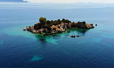 Ιθάκη: «Μαγεύει» το νησάκι του Αγίου Νικολάου στο ατελείωτο γαλάζιο