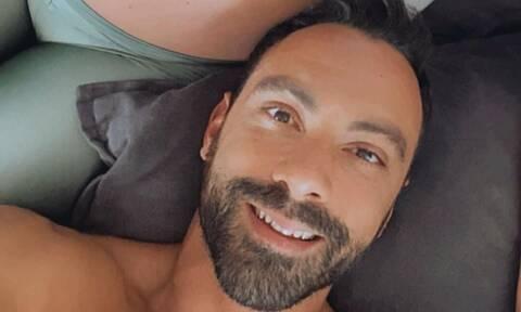Σάκης Τανιμανίδης: Συναρμολογεί έπιπλα για το παιδικό δωμάτιο