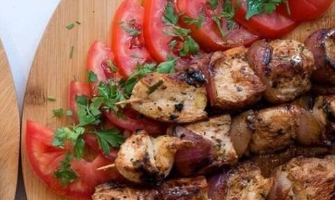 Έκτακτη ανακοίνωση ΕΦΕΤ: Αποσύρει καλαμάκι κοτόπουλο λόγω σαλμονέλας
