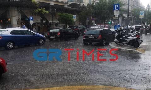 Καιρός: Καταρρακτώδης βροχή στη Θεσσαλονίκη - Πώς θα κινηθεί τις επόμενες ώρες το κύμα κακοκαιρίας
