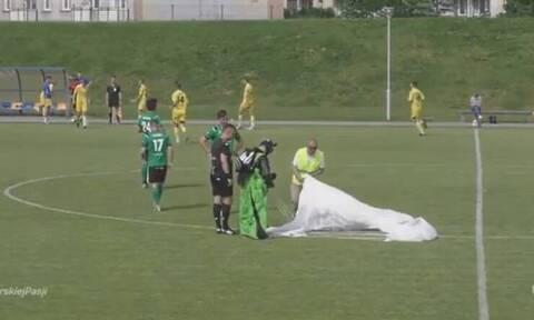 Απίθανο: Αλεξιπτωτιστής προσγειώθηκε σε γήπεδο εν ώρα ποδοσφαιρικού αγώνα! (photos+video)