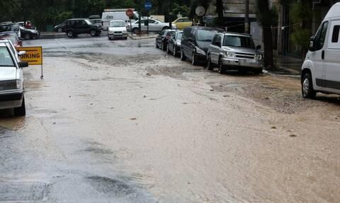Καιρός: Καταιγίδα στη Δυτική Αττική – Έγινε «ποτάμι» η Λεωφόρος Αθηνών