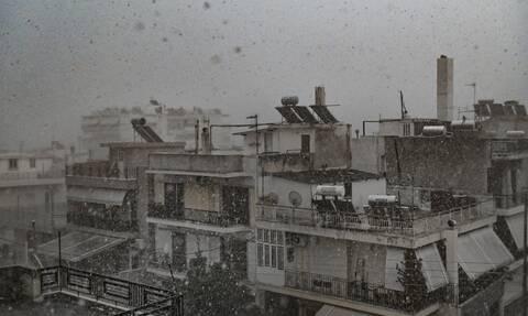 Καιρός ΤΩΡΑ: Καταιγίδες και χαλάζι στην Αθήνα - «Ποτάμια» οι δρόμοι και διακοπές ρεύματος