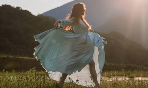 Καλεσμένη σε γάμο; 7 αιθέρια φορέματα για να είσαι κομψή και άνετη