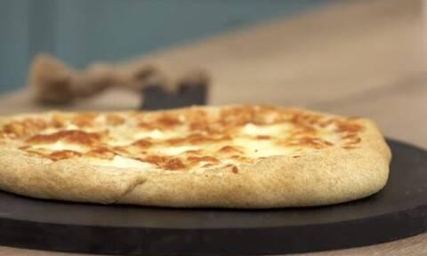 Πίτσα με γεμιστή κρούστα - Πεντανόστιμη συνταγή από τον Άκη Πετρετζίκη
