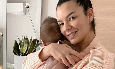 Νικολέττα Ράλλη: Αυτό το θρεπτικό φαγητό δίνει στην ενός έτους κόρη της