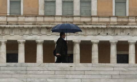 Καιρός ΤΩΡΑ: «Σκοτείνιασε» στην Αθήνα – Προσοχή στους δρόμους