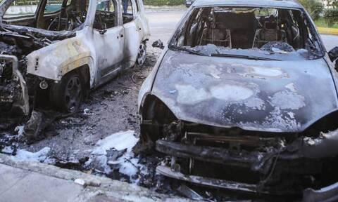 «Συναγερμός» στην Κυψέλη: Εμπρηστική επίθεση σε οχήματα εταιρείας ταχυμεταφορών