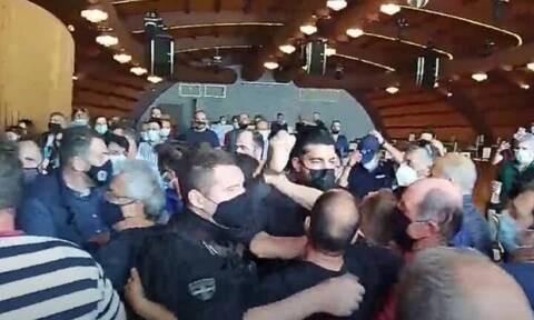 Κοζάνη: Άγριο ξύλο μεταξύ διαδηλωτών και αστυνομίας στο συνέδριο του Εργατικού Κέντρου