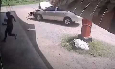 Viral: Άντρας γλιτώνει από αμάξι που έρχεται κατά πάνω του