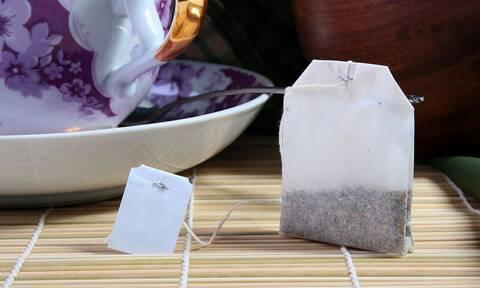 Έθαψε φακελάκια τσαγιού στον κήπο - Δείτε τον απίστευτο λόγο (photos)