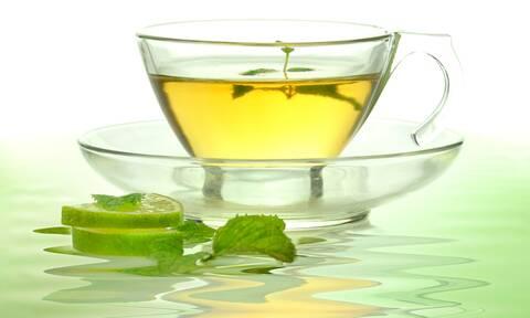 Πράσινο τσάι: 5 οφέλη για τα δόντια και τα ούλα (video)