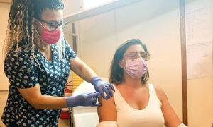 Έλενα Παπαρίζου: Έκανε το εμβόλιο και ευχαρίστησε τον Βασίλη Κικίλια και το ΕΣΥ