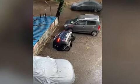 Ινδία: Άνοιξε ο δρόμος και «κατάπιε» αυτοκίνητο – Σοκαρισμένος ο ιδιοκτήτης του