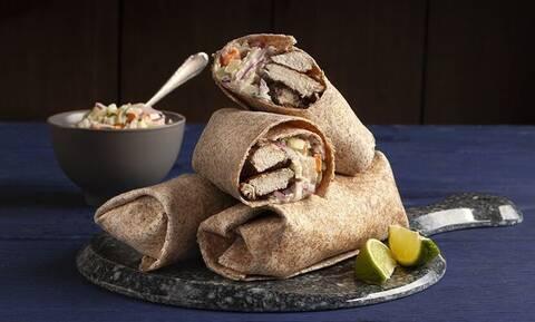 Τορτίγια με κοτόπουλο και σαλάτα coleslaw - Φτιάξτε τις όπως ο Άκης Πετρετζίκης