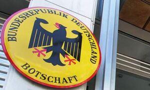 ΤΩΡΑ: Πέταξαν τρικάκια έξω από την γερμανική πρεσβεία