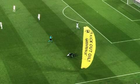 Euro 2020: Εισβολέας με αλεξίπτωτο γλίτωσε τη συντριβή στις εξέδρες στο Γαλλία-Γερμανία (video)