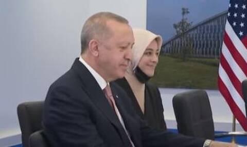 Ποια είναι η νεαρή διερμηνέας που συνόδεψε τον Ερντογάν στη σύνοδο του ΝΑΤΟ