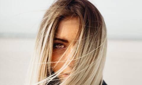 Πώς θα ισιώσετε τα μαλλιά με φυσικό τρόπο χωρίς βούρτσα και πιστολάκι