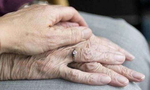 Κορονοϊός: Ημέρα χαράς και συγκίνησης - Η πρώτη αγκαλιά μετά το lockdown σε οίκο ευγηρίας
