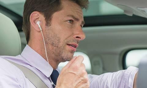 Προσοχή: Πόσο επικίνδυνο είναι να φοράς ακουστικά ενώ οδηγείς;