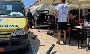 Αίγινα: Αυτοκίνητο καρφώθηκε σε ομπρέλα καφετέριας - Από θαύμα δεν τραυματίστηκε κανείς
