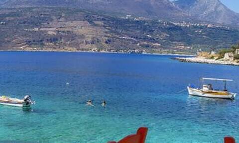 To παραδεισένιο χωριό της Ελλάδα που βρίσκεται πάνω στη θάλασσα