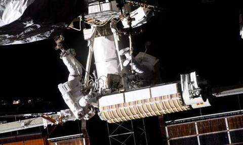 Εντυπωσιακή εξάωρη «βόλτα» στο διάστημα για αστροναύτες στον Διεθνή Διαστημικό Σταθμό