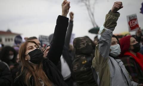 Toυρκία: «Πιο θανατηφόροι οι άνδρες από τον κορονοϊό» - Οργή των γυναικών κατά του Ερντογάν