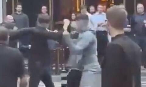Απίστευτο ξύλο στο Δουβλίνο, με σερβιτόρους να τσακίζουν μια παρέα ρατσιστών που ενοχλούσε έγκυο